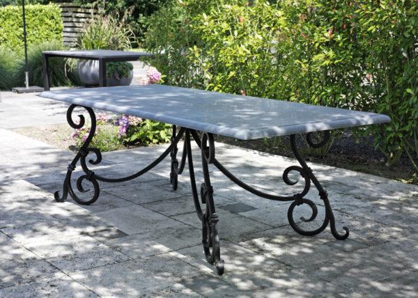 Belgisch hardstenen tafel Castle voorzien van Smeedijzeren tafelframe
