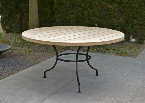 Smeedijzeren onderstel in combinatie met een volledig afgewerkt hardhouten tafelblad