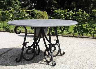Smeedijzeren tafel Castle met een Belgisch hardstenen tafelblad