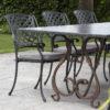 granieten tafel met zes stoelen en een smeedijzeren frame