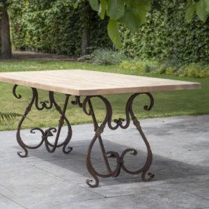 Exclusief hardhouten tafelblad met een smeedijzeren frame uit de Cannes collectie